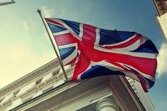 Flagge von Großbritannien auf Gebäude Stockfotos