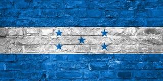 Flagge von Honduras über einem alten Backsteinmauerhintergrund, Oberfläche stockfoto
