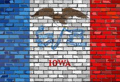 Flagge von Iowa auf einer Backsteinmauer Stockbild