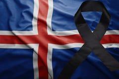 Flagge von Island mit schwarzem Trauerband Stockbilder