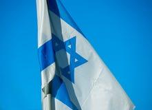 Flagge von Israel auf der Windnahaufnahme Lizenzfreies Stockfoto