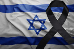 Flagge von Israel mit schwarzem Trauerband Stockbilder