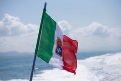 Flagge von Italien mit dem Wappen Stockfoto