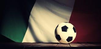 Flagge von Italien mit Fußball auf hölzernen Brettern Lizenzfreies Stockbild