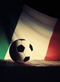 Flagge von Italien mit Fußball auf hölzernen Brettern Stockfotografie