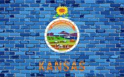 Flagge von Kansas auf einer Backsteinmauer Lizenzfreies Stockfoto