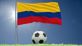 Flagge von Kolumbien-Flattern und von Fußball rollt auf dem Rasen, 3d Wiedergabe, Gesamtlänge 4k stock video footage