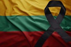 Flagge von Litauen mit schwarzem Trauerband Stockfotos