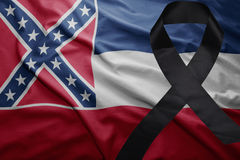 Flagge von Mississippi-Staat mit schwarzem Trauerband Lizenzfreies Stockfoto