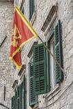 Flagge von Montenegro in Kotor Lizenzfreie Stockfotos