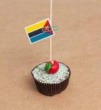 Flagge von Mosambik auf kleinem Kuchen Lizenzfreie Stockbilder