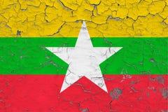 Flagge von Myanmar malte auf gebrochener schmutziger Wand Nationales Muster auf Weinleseartoberfl?che lizenzfreie abbildung