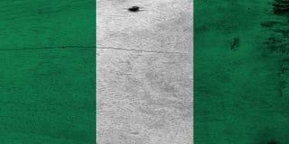 Flagge von Nigeria auf hölzernem Plattenhintergrund Nigerische Flaggenbeschaffenheit des Schmutzes lizenzfreie stockbilder