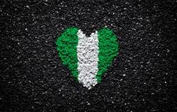 Flagge von Nigeria, nigerische Flagge, Herz auf dem schwarzen Hintergrund, Steine, Kies und Schindel, Tapete, Valentinstag stockfoto