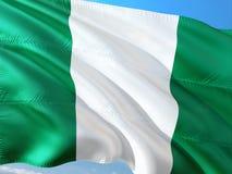 Flagge von Nigeria wellenartig bewegend in den Wind gegen tiefen blauen Himmel Gewebe der hohen Qualit?t stockfoto