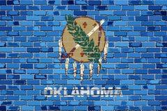 Flagge von Oklahoma auf einer Backsteinmauer Stockbild