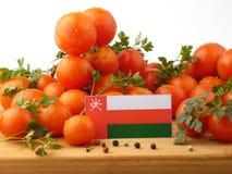 Flagge von Oman auf einer Holzverkleidung mit den Tomaten lokalisiert auf einem weißen b Stockbild