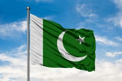 Flagge von Pakistan wellenartig bewegend in den Wind gegen wei?en bew?lkten blauen Himmel Pakistanische Markierungsfahne lizenzfreie stockbilder
