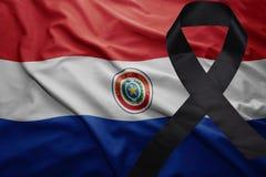 Flagge von Paraguay mit schwarzem Trauerband Stockbilder
