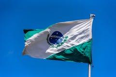 Flagge von Paraná wellenartig bewegend in den Wind am Fahnenmast auf dem Hintergrund des klaren blauen Himmels am sonnigen Sommer Lizenzfreies Stockbild