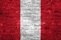 Flagge von Peru über einem alten Backsteinmauerhintergrund, Oberfläche stockbilder