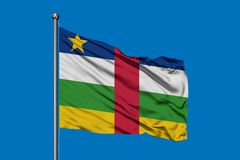Flagge von Republik Zentralafrika wellenartig bewegend in den Wind gegen tiefen blauen Himmel lizenzfreie stockfotografie