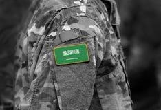 Flagge von Saudi-Arabien auf Soldaten bewaffnen stockfotos