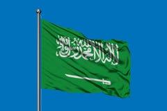 Flagge von Saudi-Arabien wellenartig bewegend in den Wind gegen tiefen blauen Himmel Arabische Flagge lizenzfreies stockfoto