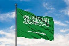 Flagge von Saudi-Arabien wellenartig bewegend in den Wind gegen wei?en bew?lkten blauen Himmel Arabische Flagge stockbilder
