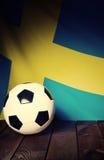 Flagge von Schweden mit Fußball auf hölzernen Brettern Stockfoto