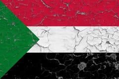 Flagge von Sudan malte auf gebrochener schmutziger Wand Nationales Muster auf Weinleseartoberfl?che stock abbildung