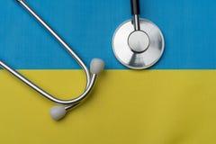 Flagge von Ukraine und von Stethoskop Das Konzept von Medizin stockfoto