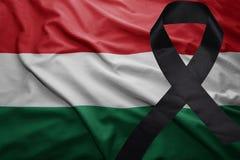 Flagge von Ungarn mit schwarzem Trauerband Stockbild