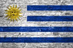 Flagge von Uruguay über einem alten Backsteinmauerhintergrund, Oberfläche stockfoto