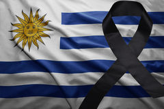 Flagge von Uruguay mit schwarzem Trauerband Stockbilder