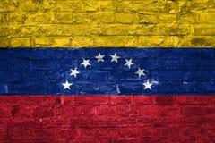 Flagge von Venezuela über einem alten Backsteinmauerhintergrund, Oberfläche lizenzfreie stockfotografie
