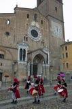 Flagge zögert unter dem Cathedal von lodi, eine kleine Stadt nahe Mailand Lizenzfreies Stockbild