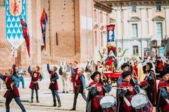 Flagge-zögert von den Bezirken und vom Schlagzeuger in der mittelalterlichen Parade Lizenzfreies Stockbild