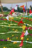 Flaggen über der grünen Rasenfläche Stockfotos