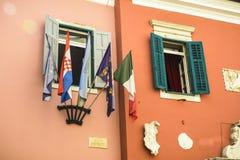 Flaggen auf den Fenstern in Rovinj, Kroatien Lizenzfreies Stockbild