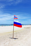 Flaggen auf Koh Larn-Strand Stockfotos