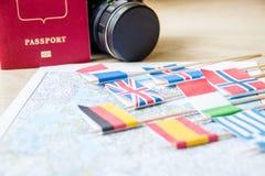 Flaggen auf Reise zeichnen, Kamera, Passnahaufnahme auf Reisezielplanungskonzept stockfotografie