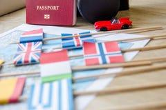 Flaggen auf Reise zeichnen, Pass, Retro- Kamera, rotes Spielzeugauto auf Reisezielplanungskonzept stockfotos