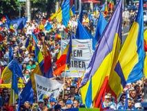 Flaggen beim basarabia und bei Rumänien marschieren für Vereinheitlichung stockfotos
