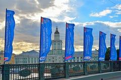 Flaggen der Bündnis-Schale auf der Palastbrücke über dem Ne Stockbilder