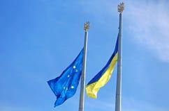 Flaggen der EU und der Ukraine auf dem Fahnenmast Stockfotos