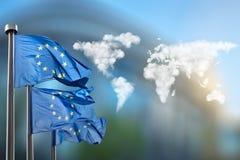Flaggen der Europäischer Gemeinschaft mit Wolkenkarte Lizenzfreie Stockfotografie