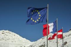 Flaggen der Europäischer Gemeinschaft und des Frankreichs in den französischen Alpen Lizenzfreies Stockfoto