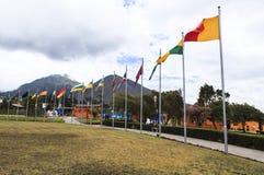 FLAGGEN IN DER MITTE DER WELT, ECUADOR Stockfoto