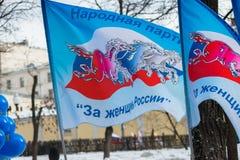 Flaggen der russischen Partei, zum der russischen Frau zu verteidigen Stockfotos